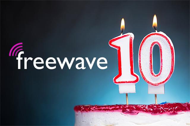 Dieses Bild zeigt eine Geburtstagstorte mit der Zahl 10 als Kerzen und dem Freewave-Logo.
